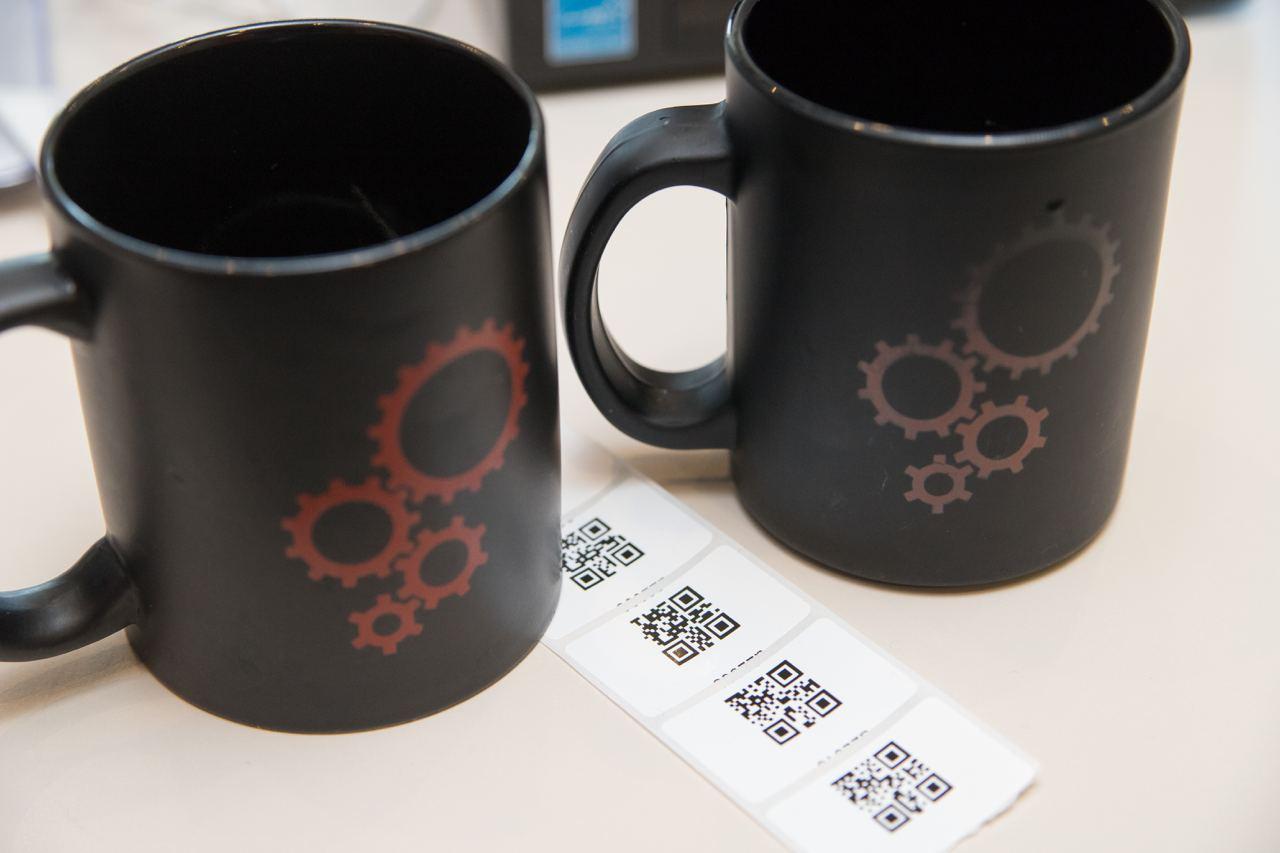 Белая наклейка с qr кодом
